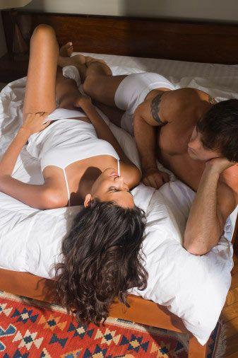 İyi bir seks iyi bir yemek gibidir. Hazımsızlık yapmaz, doyurur ve bir sonraki için heyecan yaratır. İlişkinin ilk zamanlarında eğer çiftler birbirini gerçekten istiyorsa ve yeteri kadar aşıksa mükemmel seks için hiçbir engel yoktur. Ama yine bazen her şey yolunda gitmeyebilir. Az çok gidişattan partnerinizin seks sonrasında neler düşündüğününü hissedebilirsiniz. Peki kelimesi kelimesine ne düşündüğünü öğrenmek mi istiyorsunuz?   İlişki başarılı ise:  • Ona ne kadar yakınım. Bu sihir hiç bozulmasa.  • Ne kadar da iyisin! Lütfen daha fazlası...